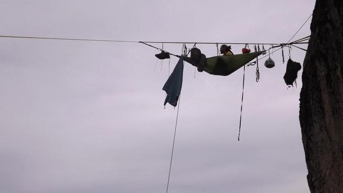 Daniel Osorio en el highline de metri, despues de un pernoctaje en hamaca-baja