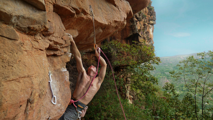 Nico Rivas escalando en La Mojarra Colombia