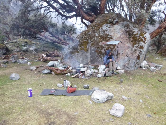 campo base Alpamayo, queñuales, pasto, leña y cerveza