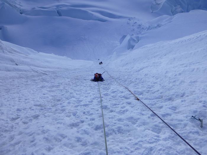 La canaleta francesa ( 400m) 60°. Natalia escalando