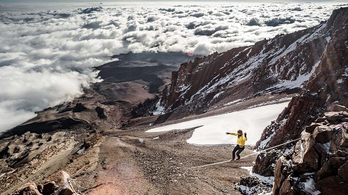 Stephan Siegrist begeht am 19.6.2016 am Kilimanjaro auf 5700 Metern über Meer die höchstgelegene Highline der Welt. Kilimanjaro, Tansania, Afrika.