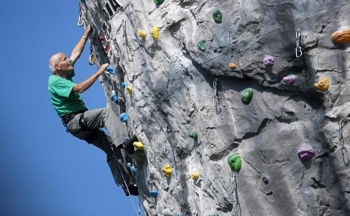 811 567 Unbekannt DAV Kletterhalle Seniorengruppe klettert ...